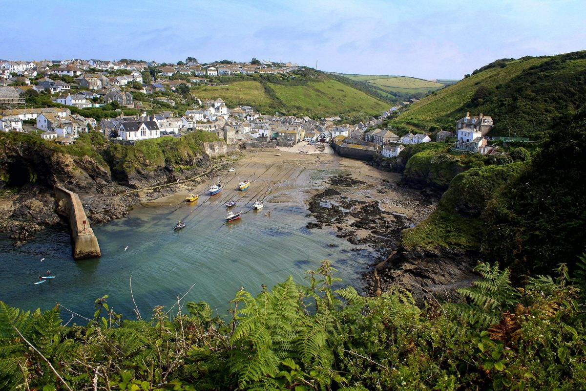 A photo of the coast in Cornwall. Cornwall is an amazing place to elope in UK. The beach and the clean water is the perfect match for a beach elopement